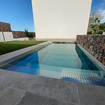 piscina-de-acero-inoxidable-en-jardin-miniatura-612